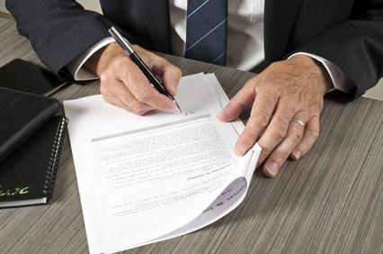Jetzt wird es Zeit für den Kaufvertrag (Foto: picture news / fotolia.com)