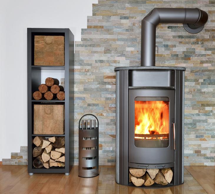 Wer mit Holz heizt spart Energie (Foto: digitalstock / fotolia.com)