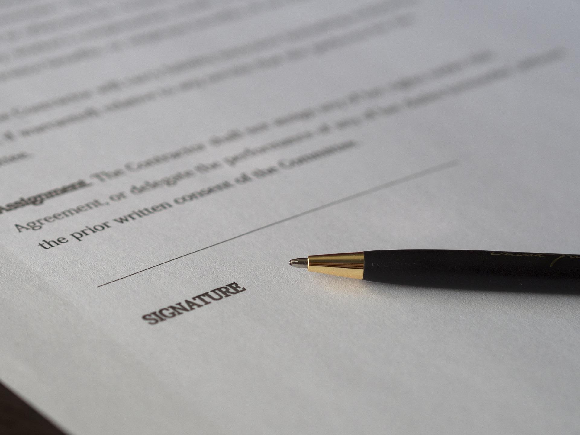Vertragsunterzeichnung beim Notar (c) CC0
